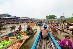 Traditionell sväva marknad på Inle sjön, Myanmar Royaltyfria Bilder