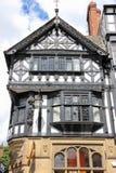 Tudor byggnad i den Eastgate gatan. Chester. England Fotografering för Bildbyråer