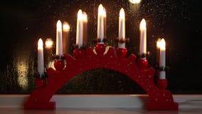 Traditionell svensk fönstergarnering för julferie stock video
