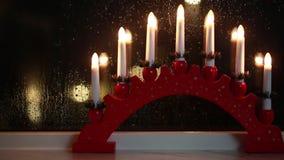 Traditionell svensk fönstergarnering för julferie lager videofilmer