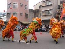 Traditionell tempelmässa runt om händelsen - skådespelartrupp för lejondans fotografering för bildbyråer