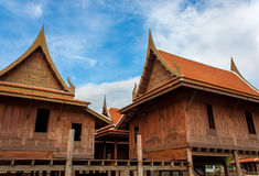 Traditionell thai hus och himmel Arkivbilder