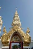 Traditionell thai stilkonst av ingången i templet, Thailand arkivfoton