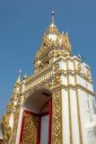 Traditionell thai stilkonst av ingången i templet, Thailand Arkivbild