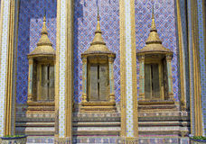 Traditionell thai stiltempel Windows i Wat Phra Kaew, Bangkok, Thailand Royaltyfri Bild