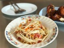 Traditionell thailändsk berömd kryddig och smaklig papayasallad för mat, Fotografering för Bildbyråer