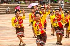 """Traditionell thailändsk dans i raketfestivalen """"Boon Bang Fai"""", Royaltyfri Bild"""