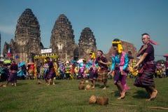 Traditionell thailändsk dans i Thailand apaparti royaltyfria foton
