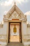 Traditionell thailändsk konst av modelldörrstil Arkivbilder