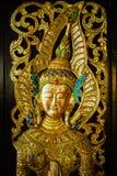 Traditionell thailändsk konst på tempeldörr Fotografering för Bildbyråer
