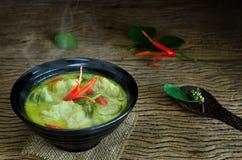 Traditionell thailändsk mat för `-Kang Keaw Wan Fish Ball ` Arkivfoton