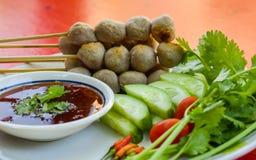 Traditionell thailändsk mat, grillade grisköttköttbullar och nya grönsaker med söt chilisås Royaltyfri Foto