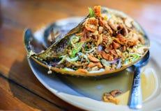 Traditionell thailändsk skaldjur, kryddig sallad för ägg för hästskokrabba arkivfoton