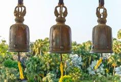 Traditionell thailändsk stil sätter en klocka på på templet Bangkok, Thailand fotografering för bildbyråer