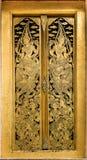 Traditionell thailändsk stilkonstmålning på tempelfönster Royaltyfria Bilder