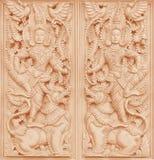 Traditionell thailändsk stilträskulptur på väggen av templet royaltyfria foton