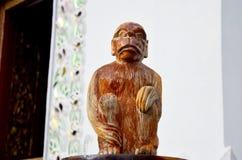 Traditionell thailändsk stilträskulptur som djur tränolla för mokey en Royaltyfri Bild