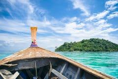Traditionell thailändsk träLongtail fartygritt Arkivfoto