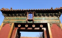 Traditionell tillverkad dörr i kinesisk stil Arkivbild