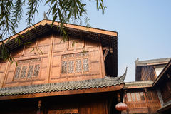 Traditionell timmer inramade byggnader i solig vinterhimmel Royaltyfria Bilder