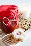 Traditionell tjeckisk jul - sötsaker som bakar - Linzer kex royaltyfri fotografi