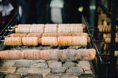 Traditionell tjeckisk söt fest Trdelnik På speciala trästeknålar över varma kol En populär maträtt bland turister arkivfoto