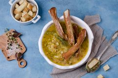 Traditionell tjock soppa med ärtor royaltyfri fotografi