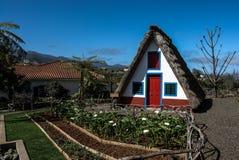 Traditionell triangulär halmtäckt huspalheiro, Santana, madeiraö, Funchal, Portugal Royaltyfri Bild