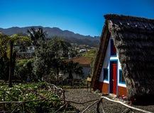 Traditionell triangulär halmtäckt huspalheiro, Santana, madeiraö, Funchal, Portugal Fotografering för Bildbyråer