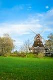 Traditionell träväderkvarn i en frodig trädgård Royaltyfria Bilder