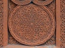 Traditionell tufasten som snider prydnaden på en vägg av den armeniska ortodoxa kyrkan royaltyfri foto