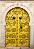 Traditionell tunisisk dörr i Tunis, huvudstaden av det islamiska cet arkivbilder