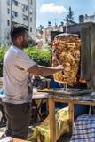 Traditionell turkisk donerkebab som förbereds med höna i orange blomningkarneval i Adana-Turkiet royaltyfri bild