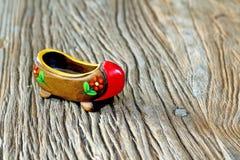 Traditionell turkisk enkel träsko med attraktiv stil och färgrikt på en trätabell Royaltyfri Fotografi