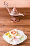 Traditionell turkisk fröjd på en platta och en aladdinlampa Royaltyfri Fotografi