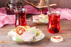 Traditionell turkisk fröjd på en platta och varm karkade i koppar Royaltyfri Fotografi