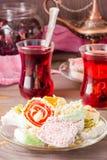 Traditionell turkisk fröjd på ett tefat och varm karkade i koppar Royaltyfri Foto