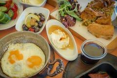 Traditionell turkisk frukost med plattor av olikt matalternativ Arkivfoton