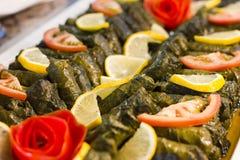 Traditionell turkisk mat - sarma i druvasidor arkivfoton