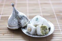 Traditionell turkisk sötsaklukum på ett silvertefat med locket royaltyfria foton
