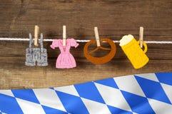 Traditionell tysk bavarian festival Oktoberfest med kringla-, öl- och pepparkakahjärta fotografering för bildbyråer