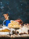 Traditionell tysk jul bakar ihop Stollen med pepparkakakakor, kopieringsutrymme royaltyfri fotografi
