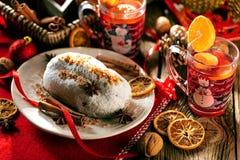 Traditionell tysk jultårta - Cranberry Stollen, julgran, prydnadar och stearinljus arkivbilder