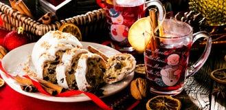 Traditionell tysk jultårta - Cranberry Stollen, julgran, prydnadar och stearinljus royaltyfri fotografi