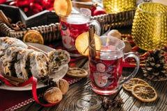 Traditionell tysk jultårta - Cranberry Stollen, julgran, prydnadar och stearinljus royaltyfri foto