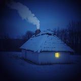 Traditionell ukrainsk by i vinter Gammalt hus på Pirogovo det ethnographic museet, Arkivbild