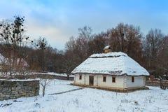 Traditionell ukrainsk by i vinter Gammalt hus på Pirogovo det ethnographic museet, Royaltyfri Foto