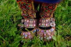 Traditionell ukrainsk kvinna` s skor closeupen Fotografering för Bildbyråer
