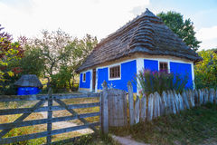 Traditionell ukrainsk stuga med det halmtäckte taket royaltyfri fotografi
