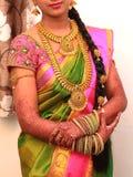 Traditionell ung brud i bröllopsklänningen, södra indiska bröllopritualer, ceremoni royaltyfria bilder